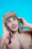 面孔年轻魅力嬉戏行家人演播室特写镜头五颜六色的画象时髦的裘皮帽的激动疯狂的 免版税库存图片