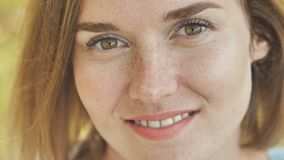 面对一个微笑的女孩的特写镜头有雀斑的 股票录像