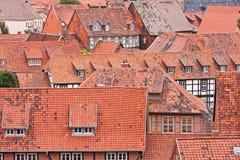 面对中世纪红色屋顶的城市 免版税库存照片