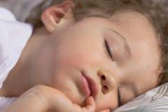面对休眠的小孩 免版税库存照片