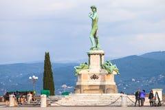 面对佛罗伦萨市的大卫古铜色雕象 免版税库存照片