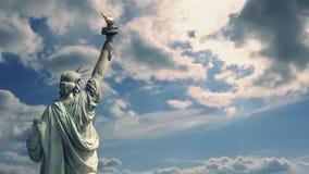 面对剧烈的天空的自由女神像 股票视频