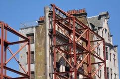 面对在牛津街道的被依靠的老大厦在伦敦,英国 图库摄影