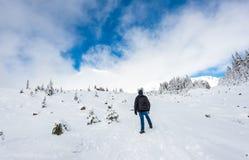 面对在道路盖子的人立场山有雪的在天堂区域, mt更加多雨的国家公园,华盛顿,美国风景看法  免版税图库摄影