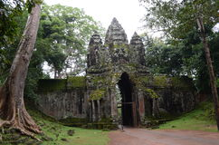 面对塔在入口给Preah可汗,吴哥,柬埔寨 图库摄影
