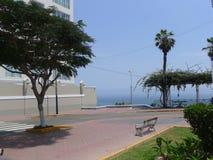 面对太平洋的一栋现代白色和米黄居民住房的外视图在利马Barranco区  图库摄影