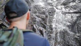 面对对惊人的密林瀑布的年轻旅游远足者表达幸福和自由 美好的泰国自然 影视素材
