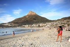 面对山的海滩的非洲妇女 免版税库存照片