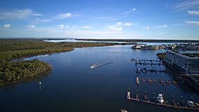 面对布里斯班的天堂点英属黄金海岸希望海岛高尔夫球场和水前面庄园 免版税图库摄影