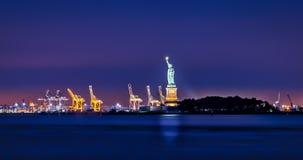 面对新泽西和自由女神像 库存图片