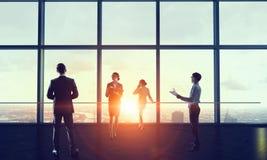 面对新的天的Businessteam 混合画法 库存图片