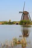 面对有鸟巢的风车一个房子在垂直的看法的前景右下角 图库摄影