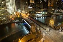 面对河在芝加哥有s俯视图在晚上 图库摄影