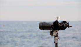 面对海洋的双筒望远镜 免版税库存图片