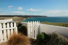 面对海海湾的庭院 库存照片