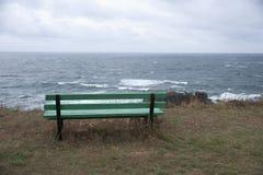 面对海的长凳 库存照片
