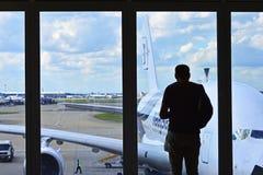 面对窗口的人` s剪影在伦敦希思罗机场 免版税库存图片