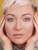 面对美丽的妇女画象有五颜六色的构成的 免版税库存照片