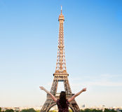 面对艾菲尔铁塔,巴黎,法国的年轻愉快的妇女 图库摄影