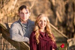 面对观察者的有吸引力的年轻夫妇摆在为画象 库存照片