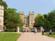面对长的步行的温莎城堡后面在柏克夏英国 免版税库存照片