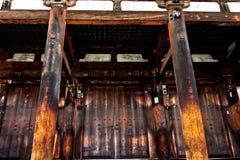 传统日本木佛教寺庙前门 免版税图库摄影