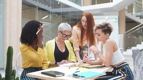 面对问题,魅力队的创造性的妇女有想法的一汇集 影视素材