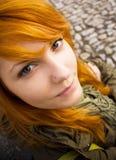 面对青少年愚蠢的做的红头发人 库存图片