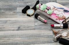 面对面和构成,手表 在妇女袋子材料的看法 免版税库存图片