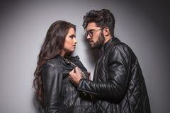 面对面年轻时尚的夫妇 免版税库存图片