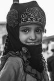 面对&摆在Jama Masjid,德里, Ind的逗人喜爱的女孩画象 库存照片