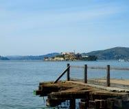 面对Alcatraz的码头 图库摄影