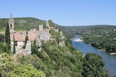 面对Ardèche河的古老小的村庄 免版税库存图片