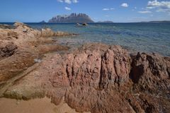 面对Tavolara的海岛撒丁岛,波尔图Istana海滩 免版税图库摄影