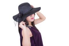 面带帽子微笑的美丽的西班牙女孩 免版税库存照片
