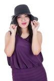 面带帽子微笑的美丽的西班牙女孩 免版税库存图片