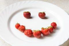 以面带笑容的形式草莓 免版税库存图片