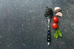 面条、大蒜、蕃茄和蓬蒿叶子 图库摄影
