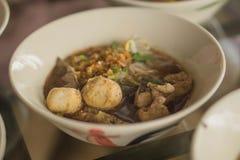 面条丸子和猪肉炖煮的食物 免版税库存图片