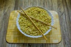 面条和筷子中国盘  免版税图库摄影
