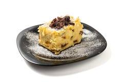 面条布丁用葡萄干和搽粉的糖 免版税库存图片
