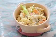 面条沙拉用豌豆和红萝卜 免版税库存图片