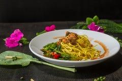 面条油煎的无头甘蓝罐装鱼是可口菜单 泰国食物的样式 免版税图库摄影