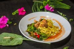 面条油煎的无头甘蓝罐装鱼菜单认为自己,但是卖 泰国食物的样式 免版税图库摄影