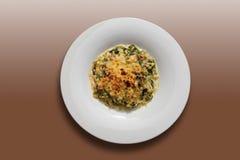 面条焦干酪用菠菜和油煎的三文鱼,特写镜头 库存图片