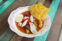 面条用海鲜汤和红色调味汁 免版税库存照片