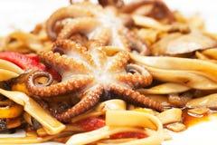 面条用章鱼、海鲜和调味汁 免版税库存图片
