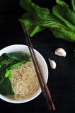 面条碗顶视图有筷子的 免版税库存照片