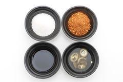 面条调味品(糖、醋、鱼子酱,辣椒粉) 库存图片