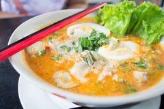 面条辣汤和鸡蛋 免版税库存图片